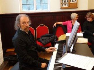 John wrth y piano