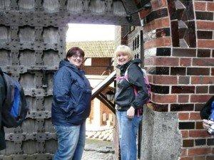 Catrin a Rhian yng nghastell Malbork